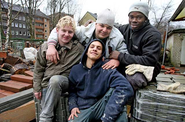 Gruppe von Jugendlichen auf dem Bauhof